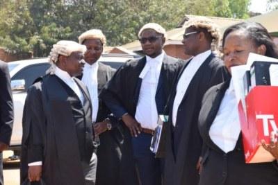 (Photo d'archives) - Un groupe de licenciés malawiens dans leurs perruques. La cour constitutionnelle du Malawi a suspendu son exigence que les avocats et les juges portent des perruques blanches traditionnelles et des robes noires dans la salle d'audience alors qu'une canicule de début de saison balaie la nation sud-africaine.