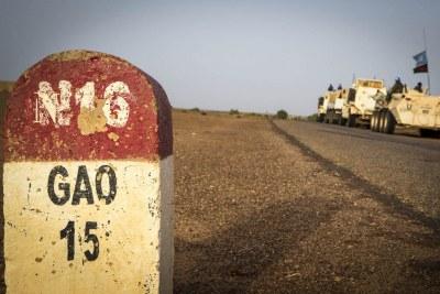 Un convoi de Casques bleus sur une route vers Gao, dans le nord-est du Mali.