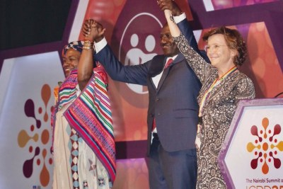 Le vice-président du Kenya tenant la main de la Directrice exécutive de UNFPA, Dr Natalia Kanem et de la représentante de Danemark célébrant le succès de la CIPD 25 tenue du 12 au 14 novembre 2019 à Nairobi,
