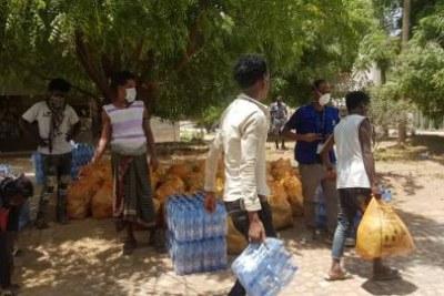 Le personnel de l'OIM Éthiopie enregistre les rapatriés d'Arabie saoudite au centre de quarantaine à Addis-Abeba.