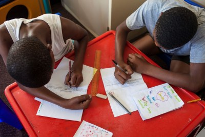 Les enfants et les parents travaillant à domicile sont dans des eaux troubles alors qu'ils s'attaquent à l'école à domicile en raison de la nouvelle épidémie de coronavirus.