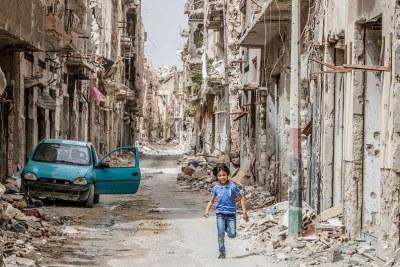 Un enfant traverse les débris et les destructions du centre-ville de Benghazi, en Libye.