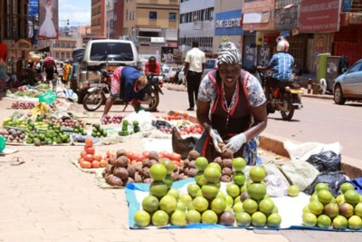 Les vendeurs de fruits le long de la rue du marché Nakasero à Kampala, Ouganda (photo d'illustration).