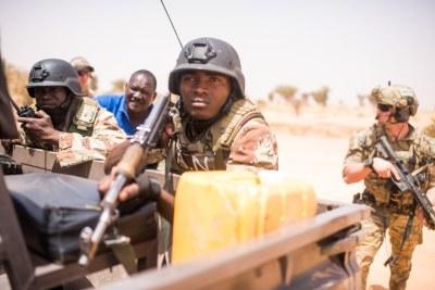 (Photo d'archives) - Les forces armées nigériennes mènent une formation d'engagement de leader clé avec le 20e groupe de forces spéciales pendant Flintlock 18 au Niger, en Afrique, le 16 avril 2018. Ces soldats se sont entraînés avec les forces partenaires pour partager leurs expériences et accroître l'interopérabilité pour la sécurité et la stabilité régionales.