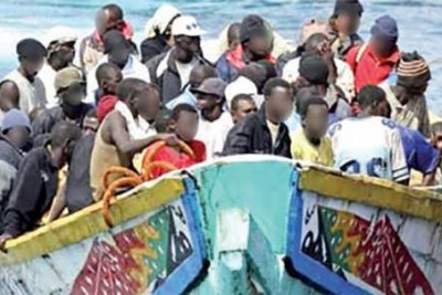 Une pirogue avec à bord des candidats à l emigration