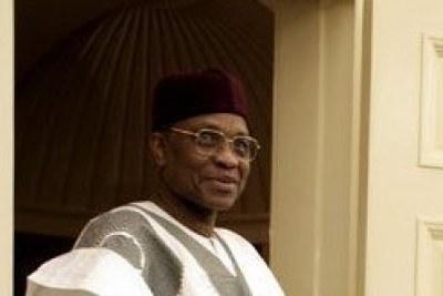 Mamadou Tandja, Président du Niger, rendant visite à G. W. Bush dans le bureau ovale en juin 2005.