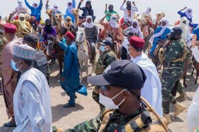 Le président nigérien Mohamed Bazoum accueilli par une foule en liesse à Baroua, le 2 juillet 2021, village miné par les attaques à répétition.